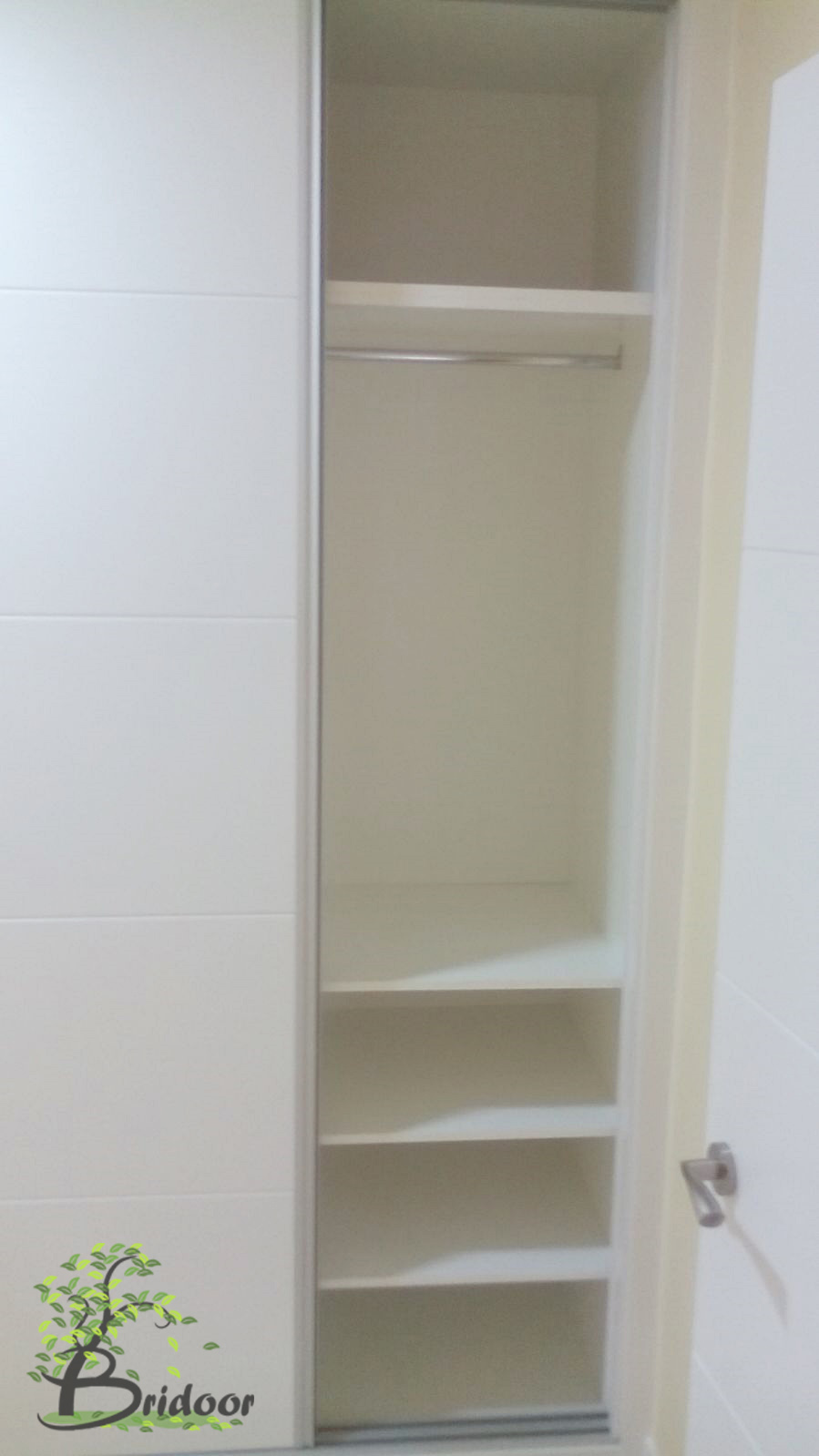 Bridoor s l vivienda con puertas y armarios lacados en la - Diseno interior armario ...