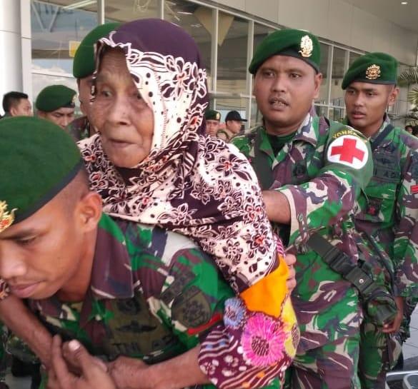 Satgasgab Bankes TNI Beri Perawatan Medis Korban Gempa di Bandara Mutiara Al Jufri Palu