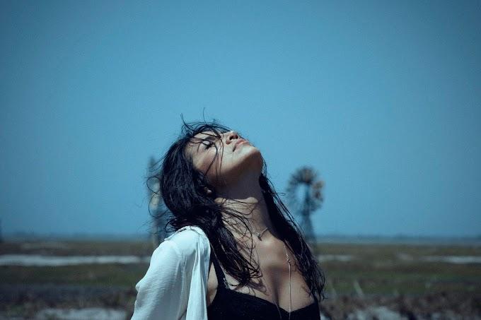 """""""Colocar sentimentos em palavras e melodias é tira-los aos poucos do peito, é libertador"""", conta Taís Alvarenga"""