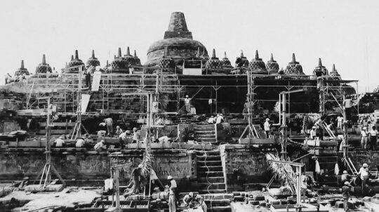 Pemugaran Candi Borobudur, candi Budha terbesar di dunia, sekitar tahun 1975