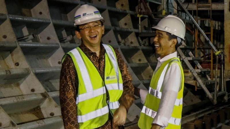 Jokowi dan Ahok tertawa disela meninjau proyek MRT