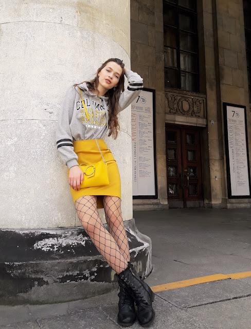 fashion, outfit, stylizacja z żółtą spódnicą, kabaretki, trendy 2019, wiosna 219, modelka, sesja, zdjęcia, fashion blogger, bluza,styl, co założyć, zdjęcia w Warszawie, miasto, grlpower, żółty