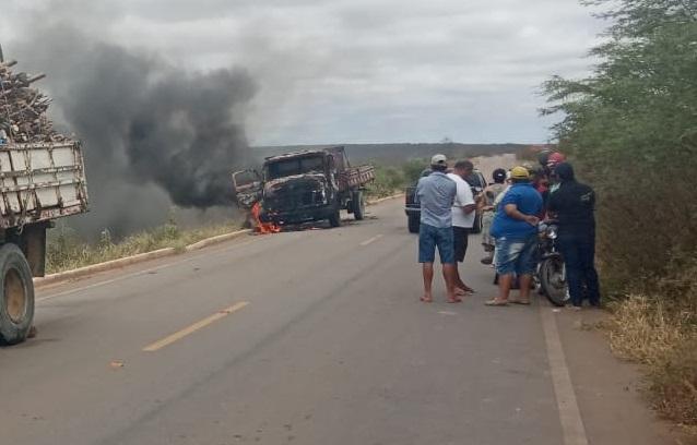 IPUBI-Moradores ateiam fogo em caminhão após morte de irmãos em Ipubi