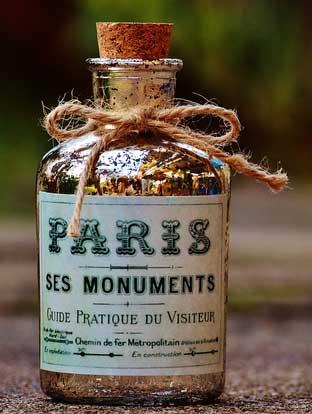 gunakan tali dari serat rami atau goni untuk memberikan oramen pada leher botol, plus label berkesan antik, dan tutup botol dari gabus. Sederhana tapi memberikan kesan unik