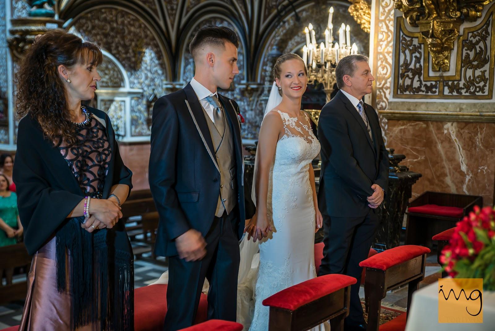 Fotografía de los novios y los padrinos en el Altar en Granada