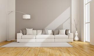 divano appoggiato alle pareti immagine