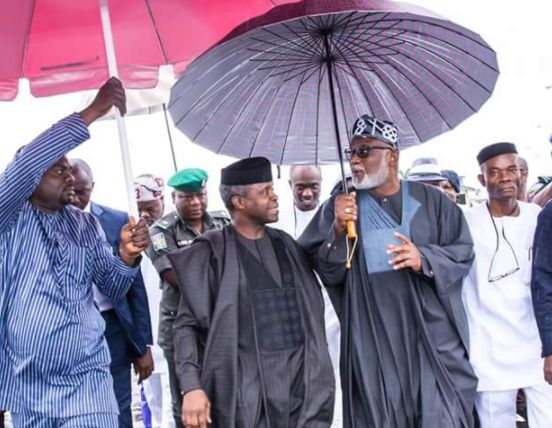 Gov. Akeredolu Holds Umbrella For Osinbajo In Ekiti
