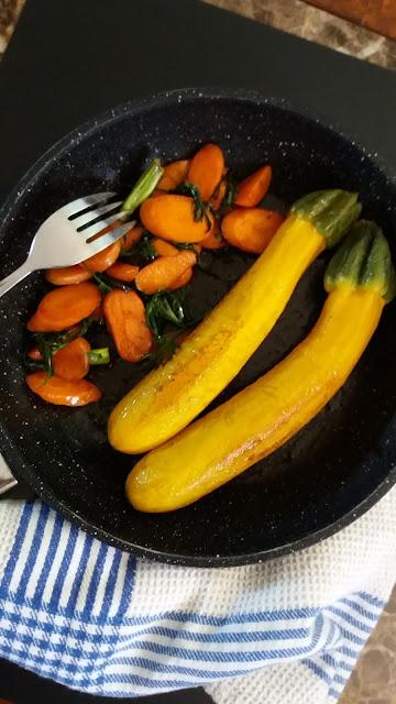 Courgettes jaunes et jeunes carottes,délicieux légumes bien colorés!