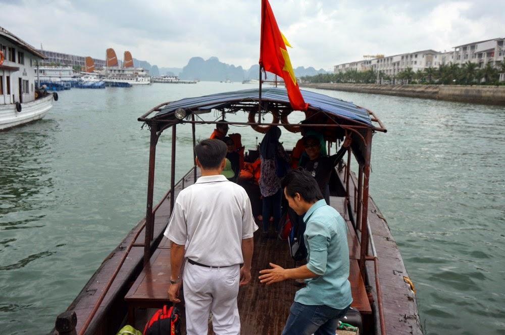 Halong Bay - Menaiki Bot Kecil Untuk Ke Bot Besar (Cruise)