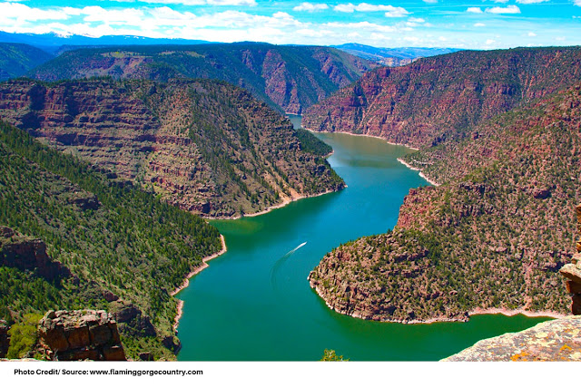 a lone boat in the Flaming Gorge Reservoir