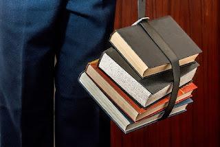 tanti libri uno sopra l'altro
