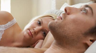 أشياء تفعلها المرأة في الفراش وتؤثر على نشوة الرجل الجنسية امرأة تنظر الى رجل سرير حب تعلق woman looking at man bed love