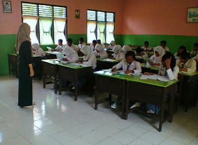 Guru mengajar di kelas sma