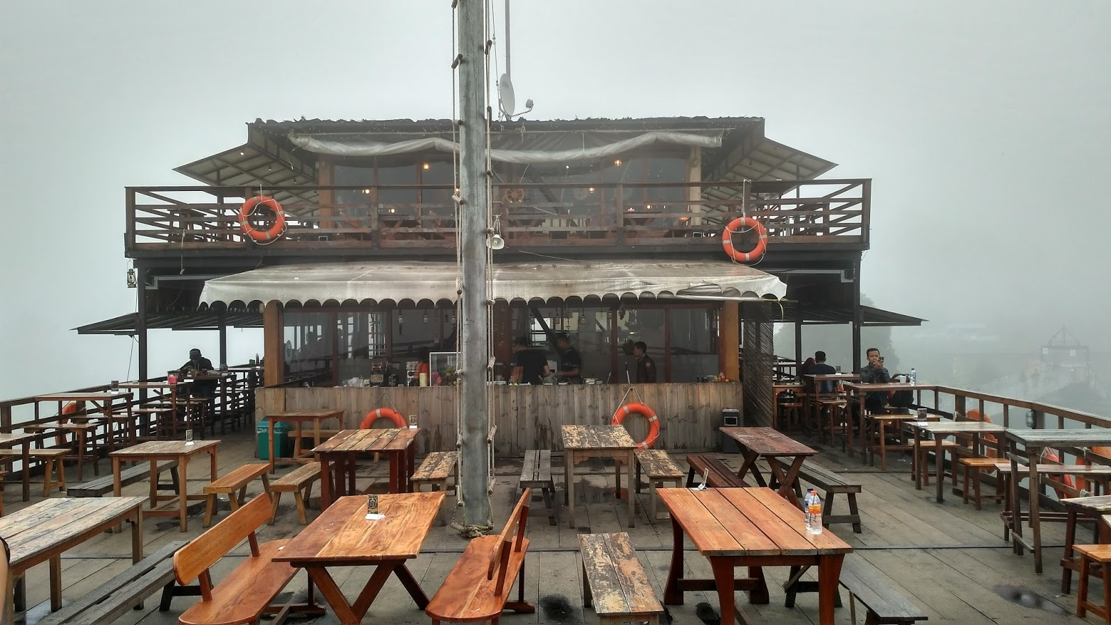 Dek kapal Pinisi bagian luar