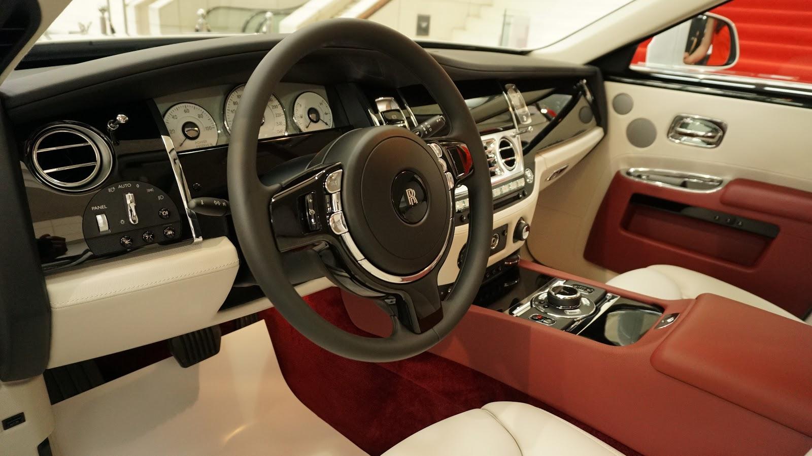 Nội thất của xe với tông chủ đạo là đỏ đen, được kết cấu từ nhiều vật liệu quý hiếm, đắt giá