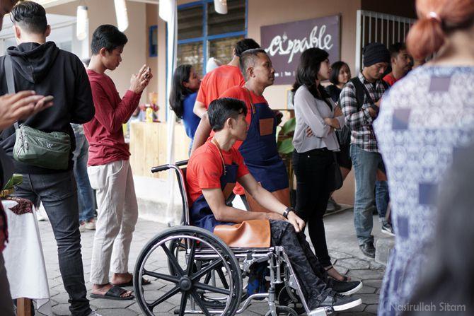 Pak Yuli dan Mas Ade (kaos merah) antusias melihat kompetisi meracik kopi