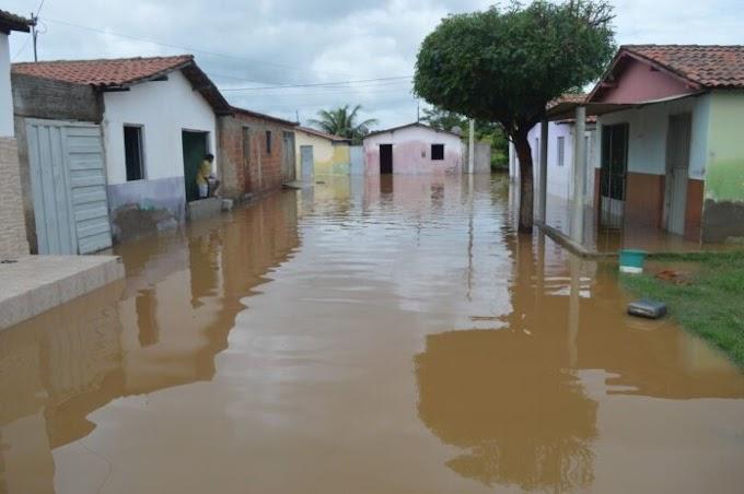 CHUVA: Barragem rompe e água invade casas no Sertão do estado.