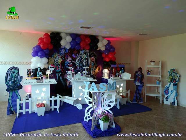 Decoração da mesa do bolo de aniversário tema Monster High para festa infantil feminina
