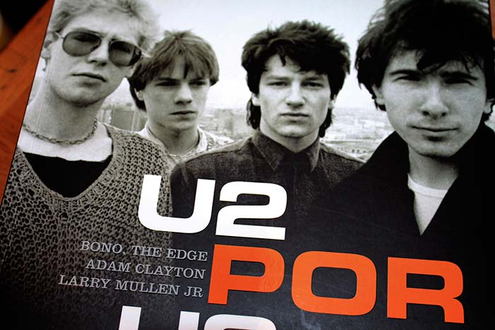Algunos libros referentes a U2 exhibidos en 4Works Studio, propiedad de Julian Franco.
