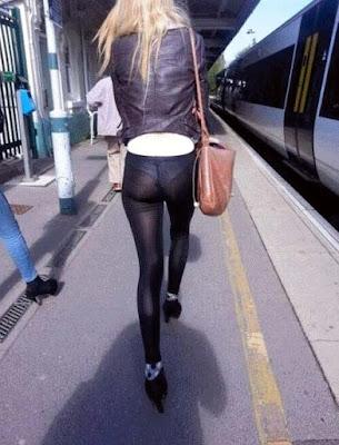 große dünne Frau mit Leggings durchsichtig am Bahnhof