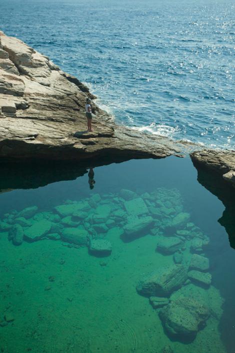 Θάσος : Γκιόλα, η διάφανη λίμνη της Ελλάδας που τη χωρίζει ένας βράχος από τη θάλασσα