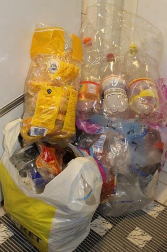 Tammikuun aikana kertyneet muovipakkaukset.