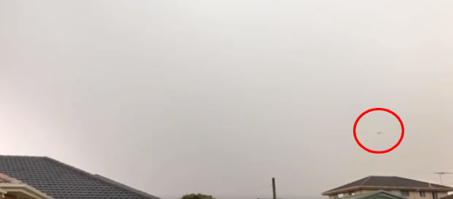 UFO filmed flying over houses in Melbourne, Australia.
