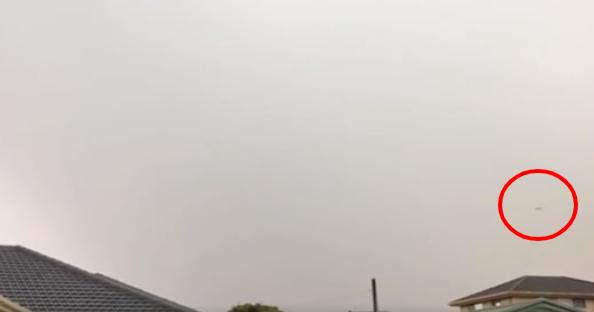 Australian UFO Filmed Flying Right Over Urban Area 👽🛸🚀👽