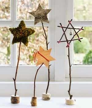 crear un centro de navidad con estrellas de palillos, ramas y corchos de botellas