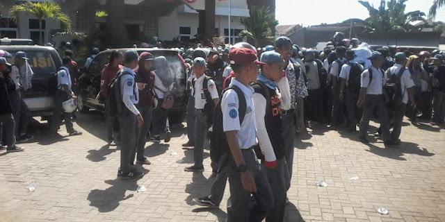 Tak Terima Gurunya Dipukul Orangtua Siswa, Ratusan siswa Datangi Kantor Polisi!