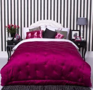 Uporaba črno - belo z dodatki pink barve v notranji opremi. Spalnica.