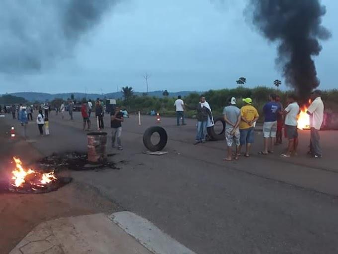 Plantão: Moradores da área da Lagoa, bairro Jardim Independente 1, bloqueiam o trecho do km 27 da BR 230, entre Altamira e Marabá.