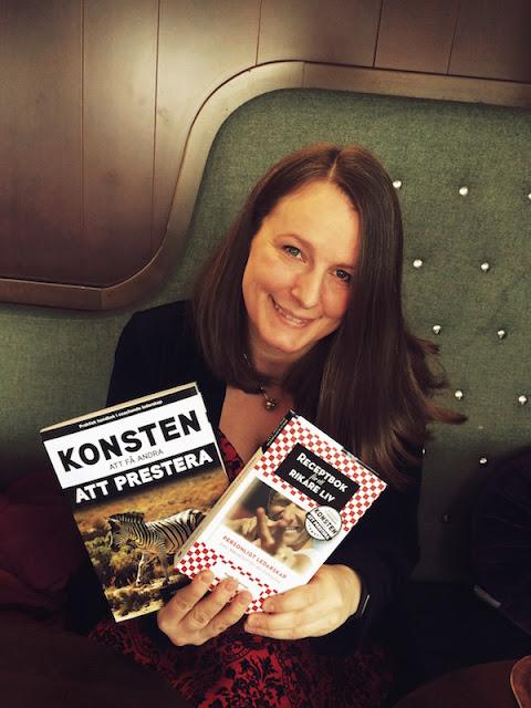 Sofie Sandell med två böcker i händerna av Kenth Åkerman.