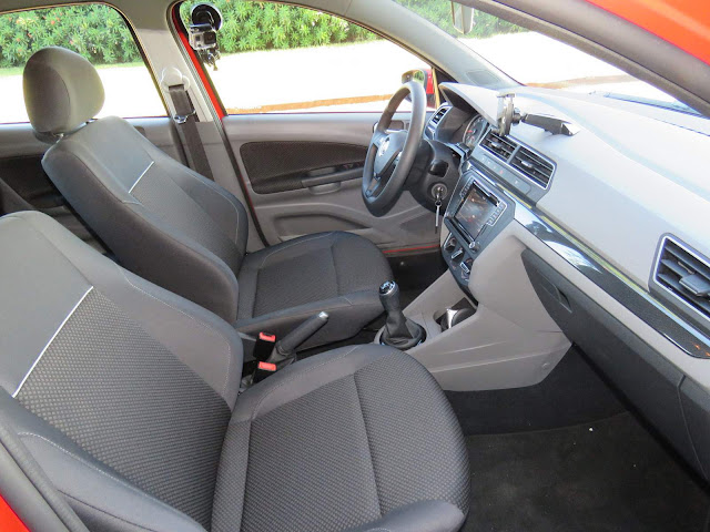 Novo VW Gol 2017 Comfortline 1.6 - espaço interno dianteiro