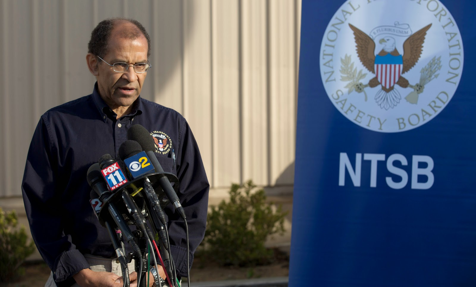 NTSB Acting Chairman Christopher A. Hart briefs the media in Mojave, Calif. on the crash of SpaceShipTwo. Credit: NTSB