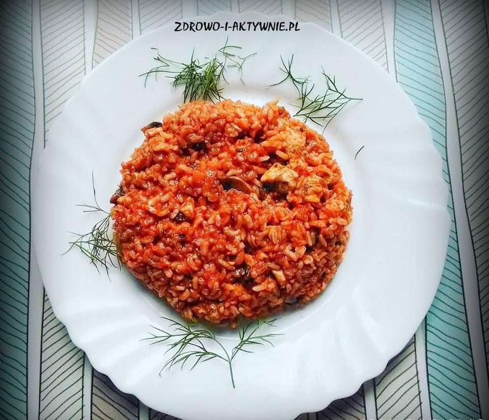 Indyk z ryżem i warzywami w sosie pomidorowym