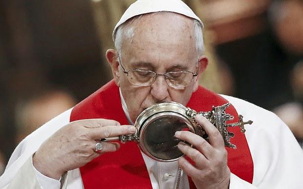 Darah, Relikui St. Gennaro Setengah Mencair Saat Lawatan Paus Fransiskus di Naples