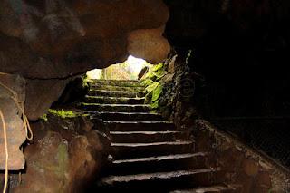 escalera interior de la cueva de la orquídea