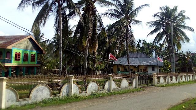 Kabel PLN Kendor pas pada pintu gerbang Meunasah / Musala Gampong (Desa) Cot Baroh