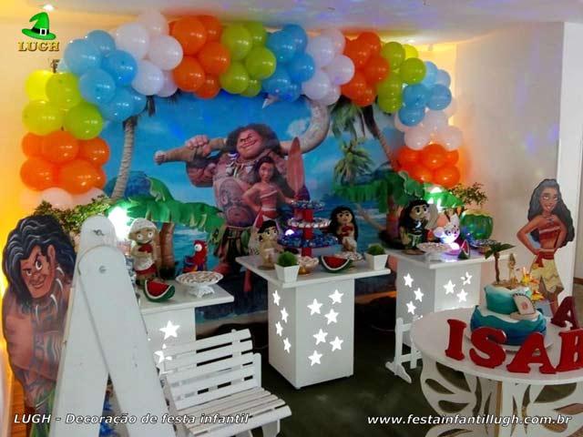 Decoração de mesa com o tema de aniversário Moana para festa infantil