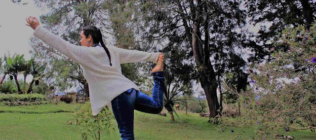 El Yoga es sobre todo un estilo de vida, un yogui no es solo yogui mientras está parado sobre el matt, esta filosofía busca unir cada acción, cada palabra, cada movimiento, actuando siempre con total consciencia, tratando de ubicar la mente y el cuerpo en el aquí y el ahora.
