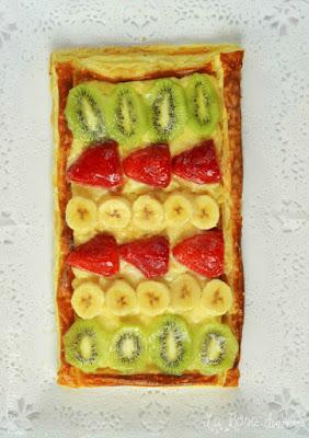Tarta de hojaldre con crema y fruta fresca