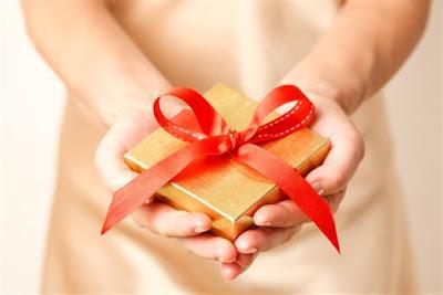 تفسير حلم الهدية في المنام للعزباء