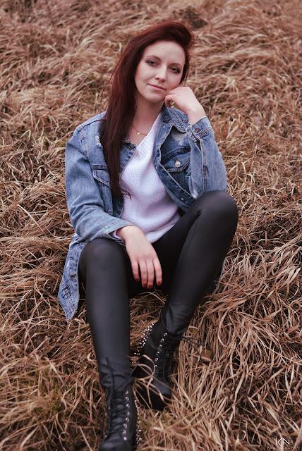6.03.2017 Jeansowa kurtka XL, biały sweterek, czarne woskowane spodnie, lity na słupku z ćwiekami, Rezerwat Ślichowice