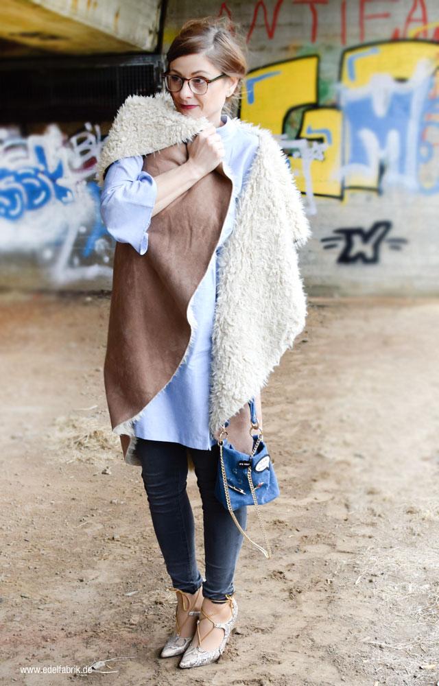 Weste aus Fake Fur, Kleid über Skinny Jeans
