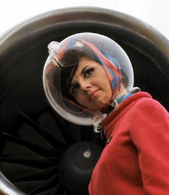Pramugari Braniff Airways Dengan Seragam Helmnya Mengawasi Pengisian Bahan Bakar Pesawat