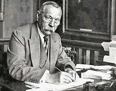 Conan Doyle nel suo studio