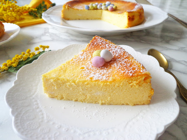 Wielkanocny sernik - wilgotny i delikatny, bez spodu (Cheesecake con yogurt greco e ricotta)