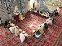 Camide bir İmam Kuran okurken onu Kuranlarından takip ederek mukabele yapan cemaat