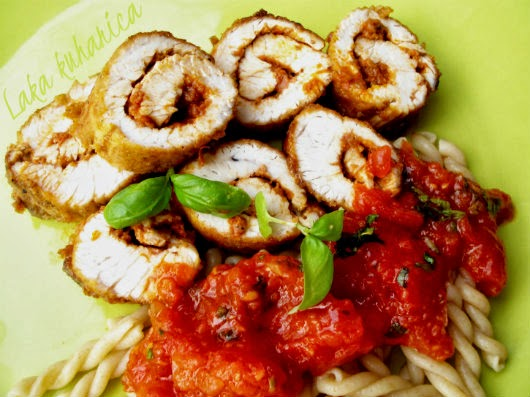 Turkey rolls with pesto and tomato sauce by Laka kuharica: simple and delicious dinner prepared in minutes.
